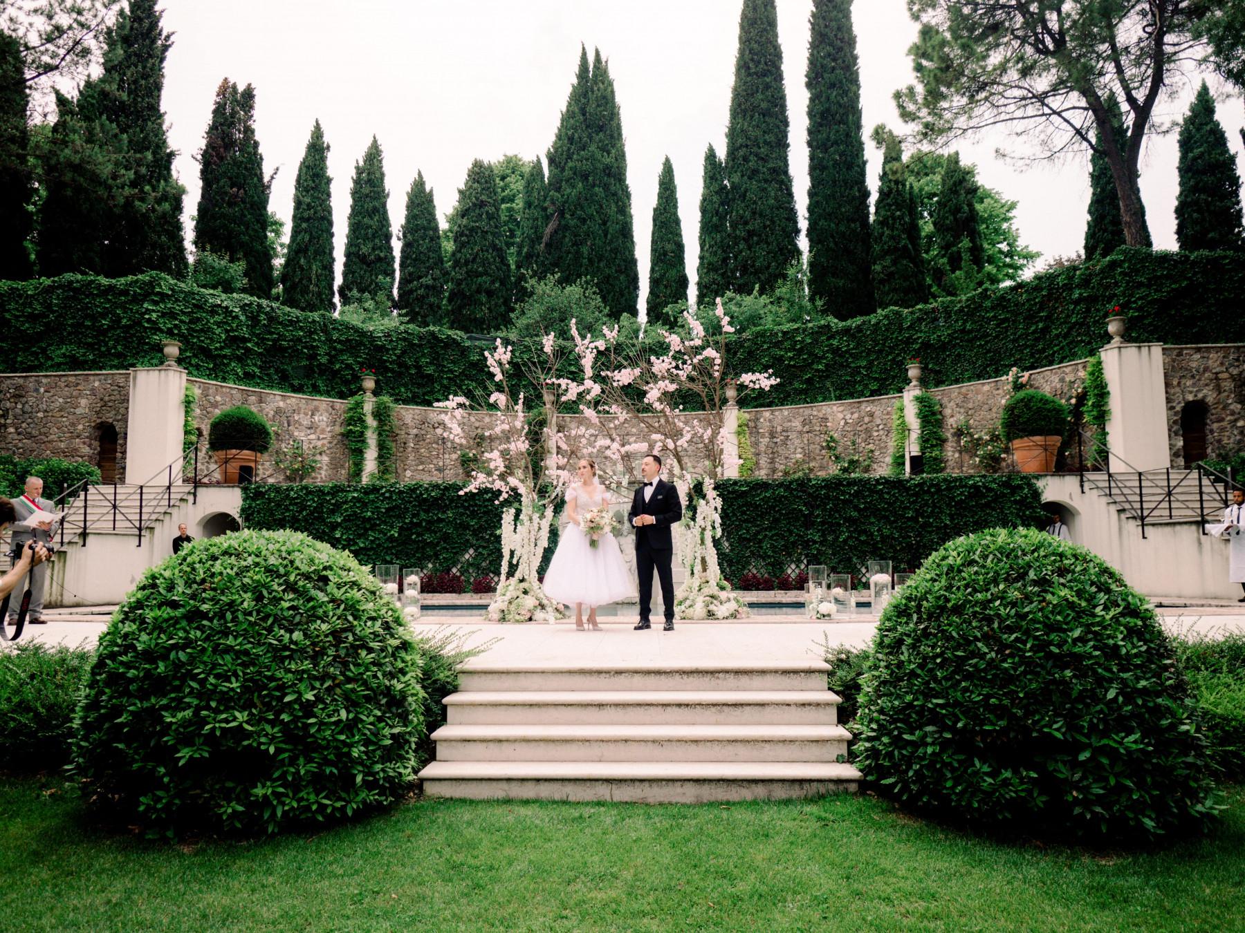 Романтика 60-х: свадьба в вишнёвом саду от