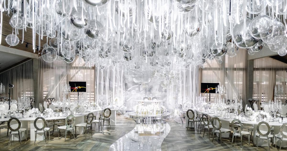 Серебристо-белая свадьба с воздушным декором