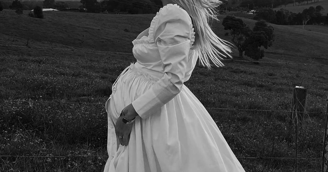 5 универсальных образов на свадьбу для беременных