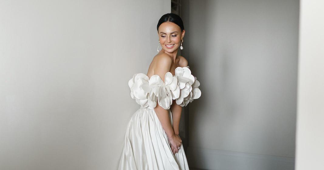 Нежное платье с лепестками в сказочной свадьбе