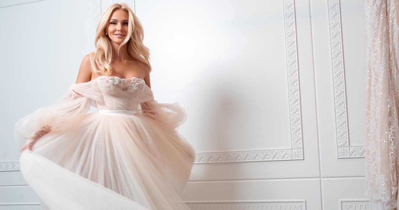 Виктория Лопырева выбирает свадебное платье в салоне