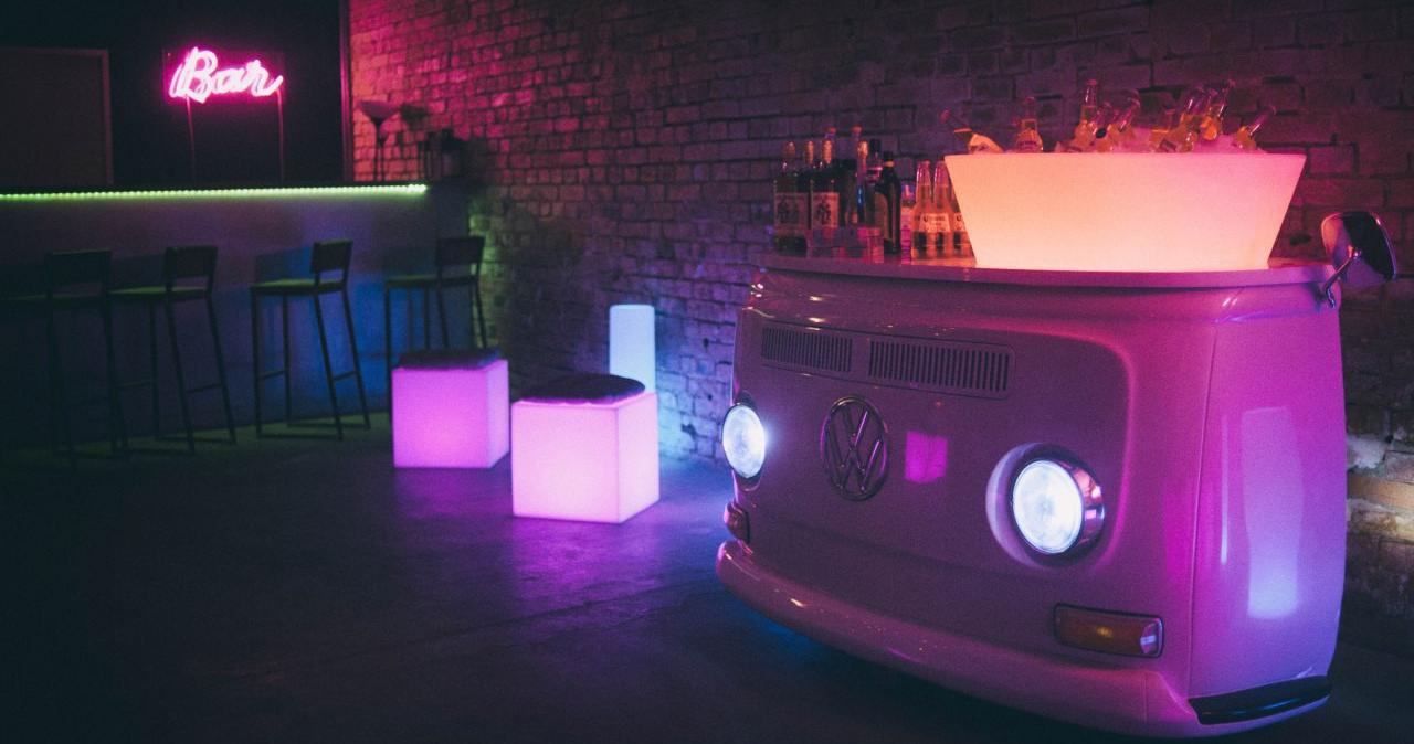 Светящаяся мебель — тренд в свадебном декоре