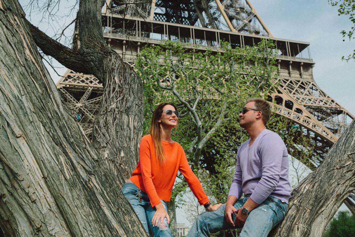 Поцелуй около Эйфелевой башни, кофе в уютном
