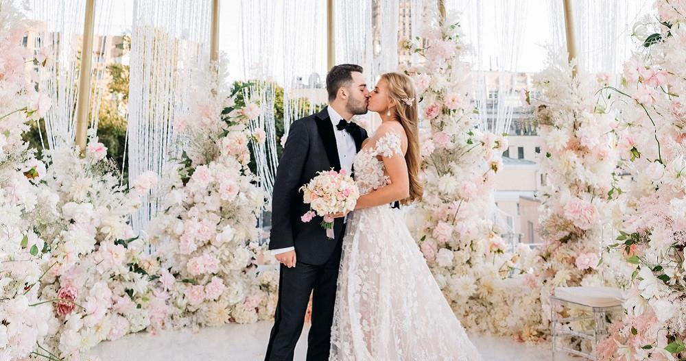 Свадьба в окружении золота и нежных цветов