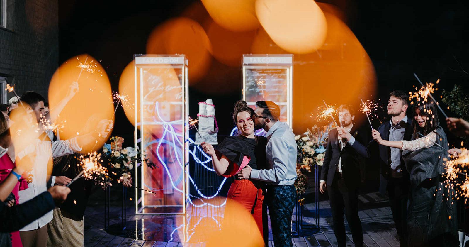 Свадебная вечеринка в лучах разноцветного неона