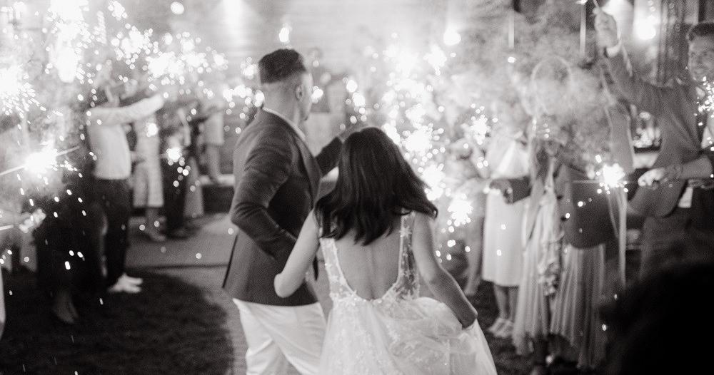 Яркая свадьба на природе
