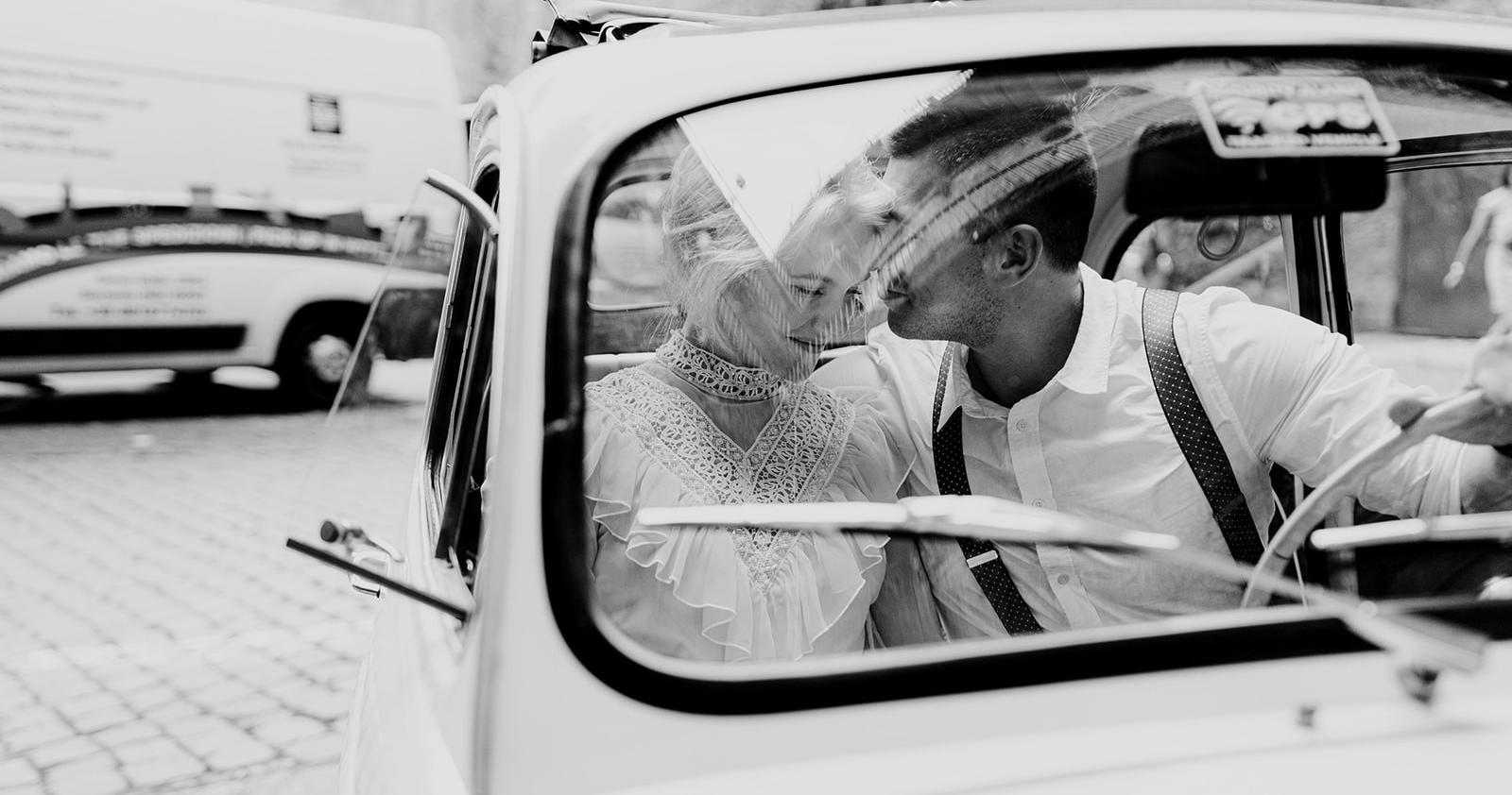 Невеста в свадебном платье своей мамы —