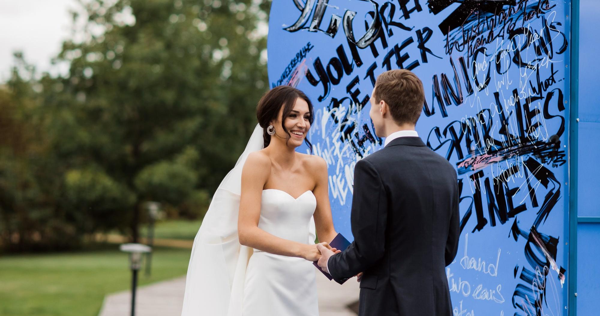 Яркая свадьба с церемонией у большого синего