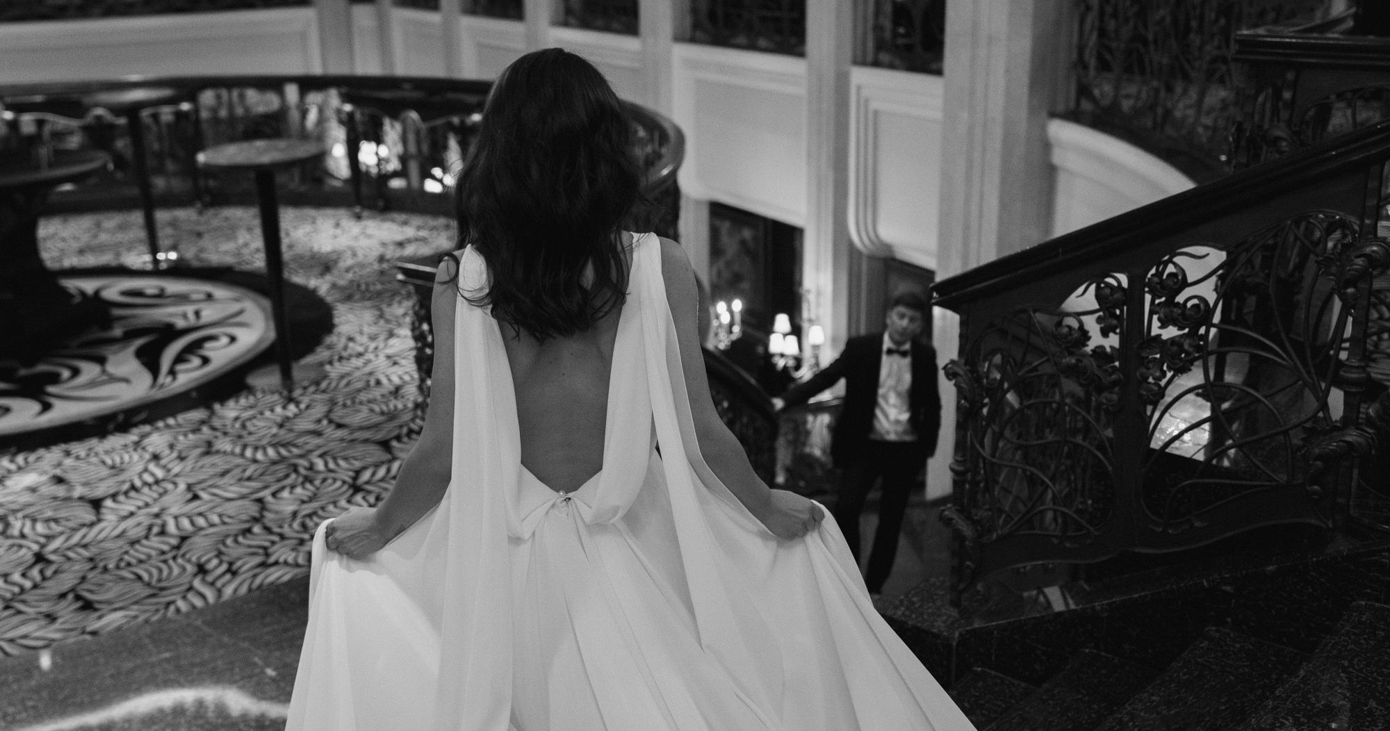 Стильная свадебная фотосессия в платье с летящим