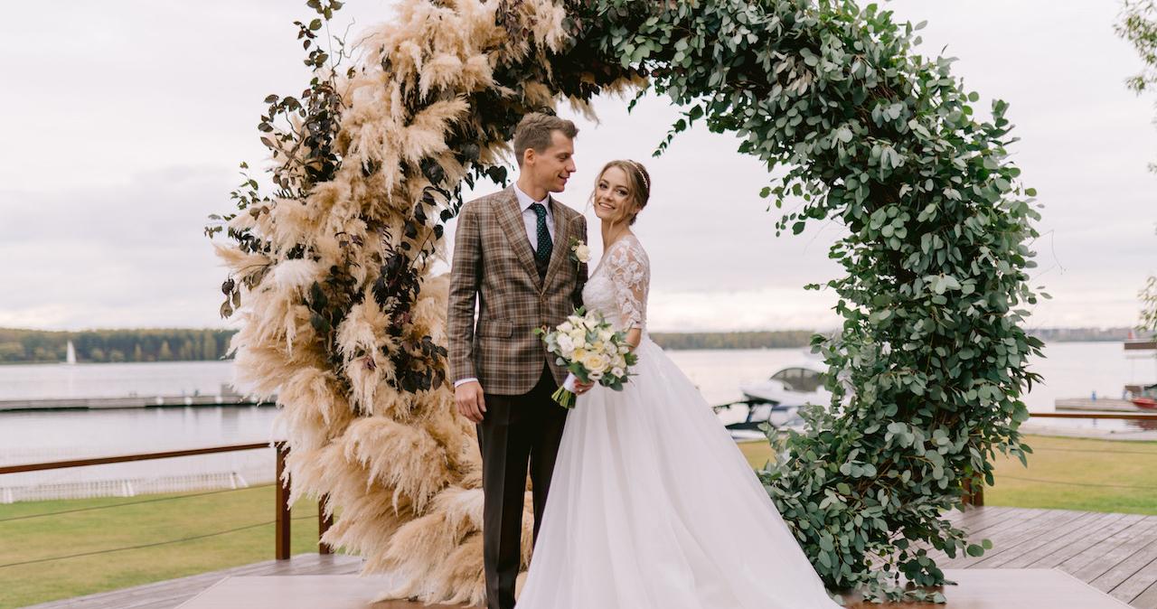 Уютная свадьба в золотисто-зеленых оттенках