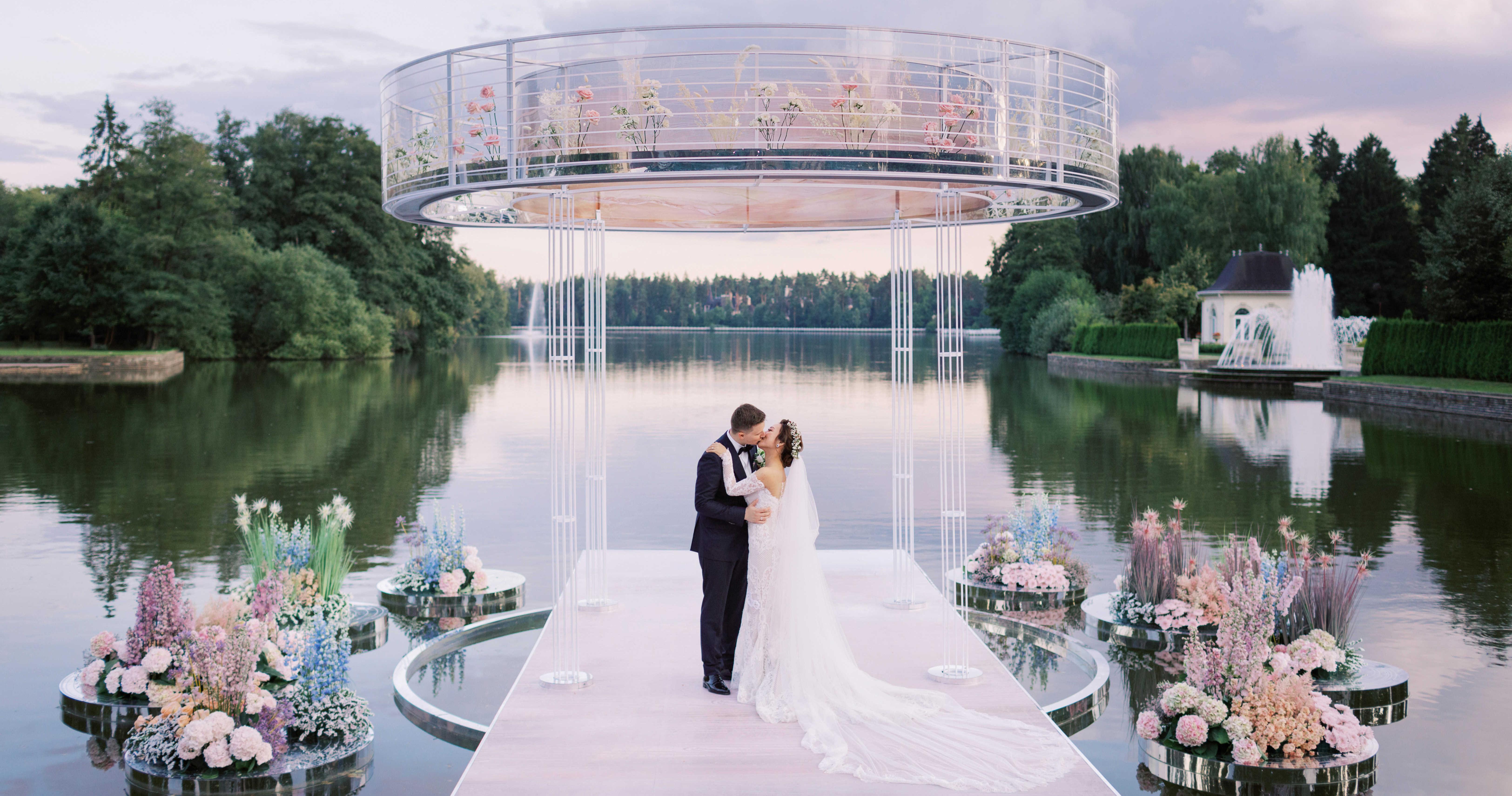 Свадебная церемония на воде в окружении цветов