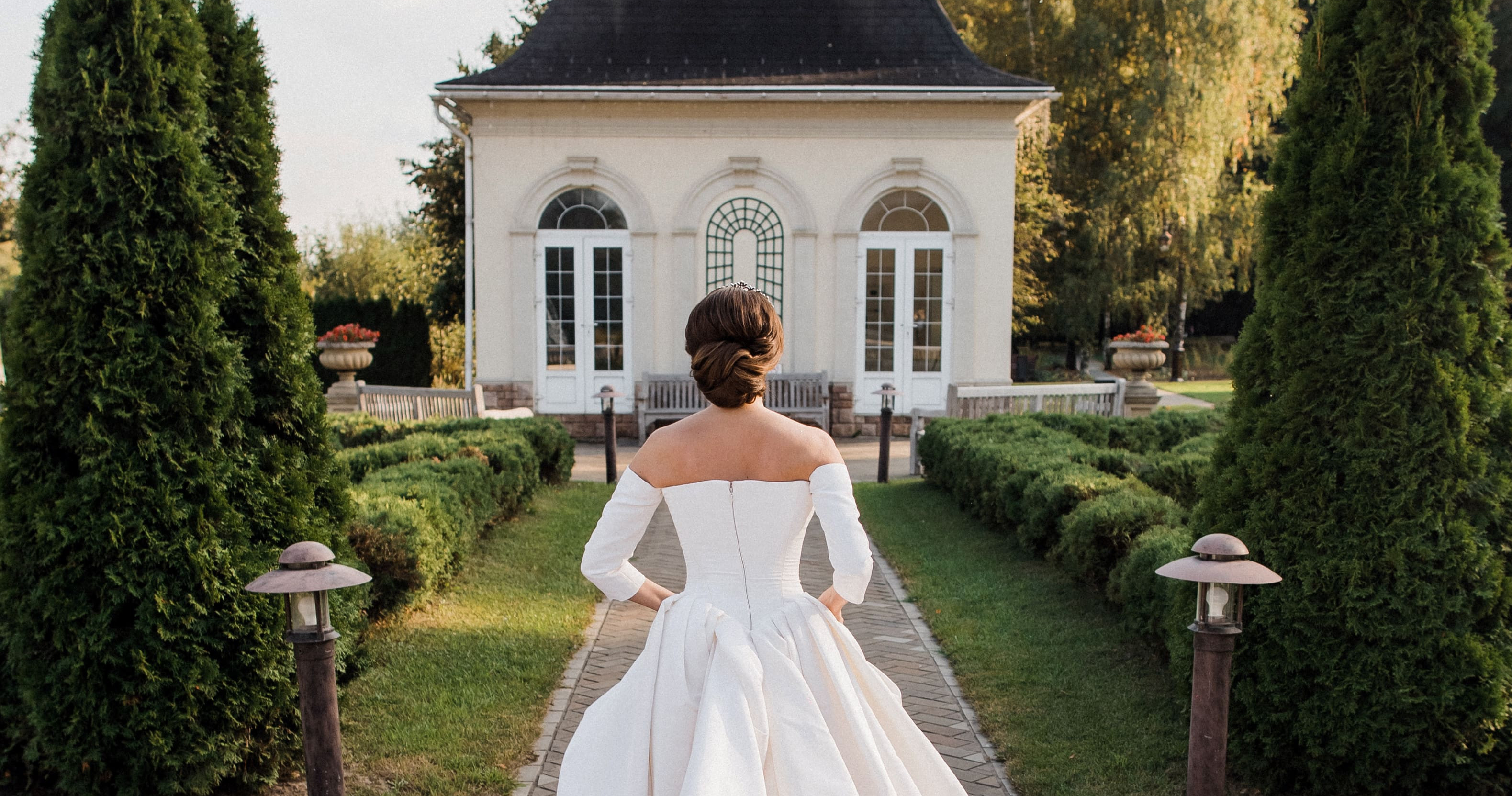 Черно-белая свадьба под сказочными деревьями