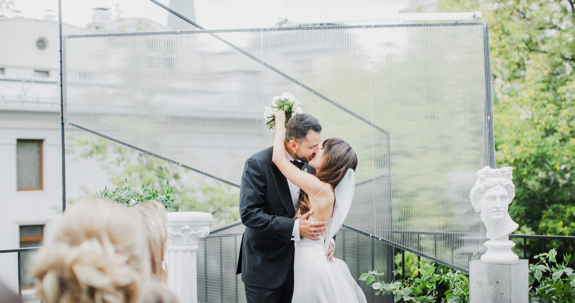 Белоснежная свадьба с церемонией на солнечной террасе