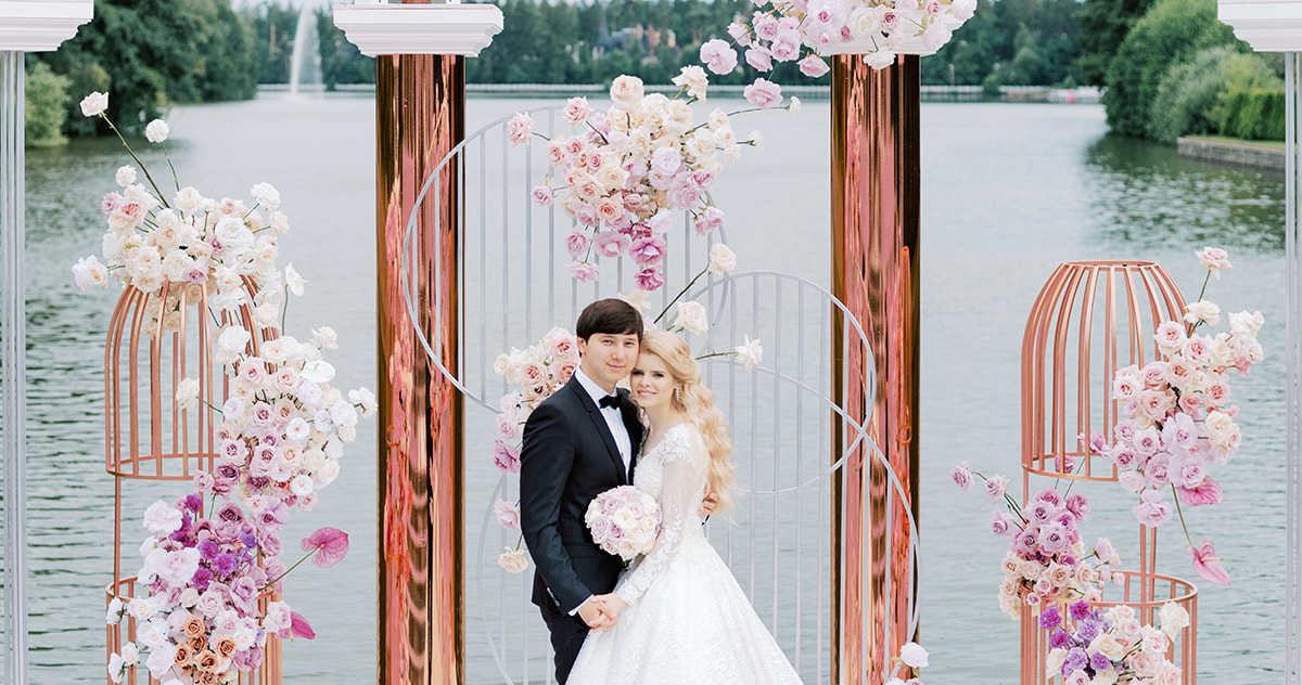 Элегантная свадьба в окружении роз