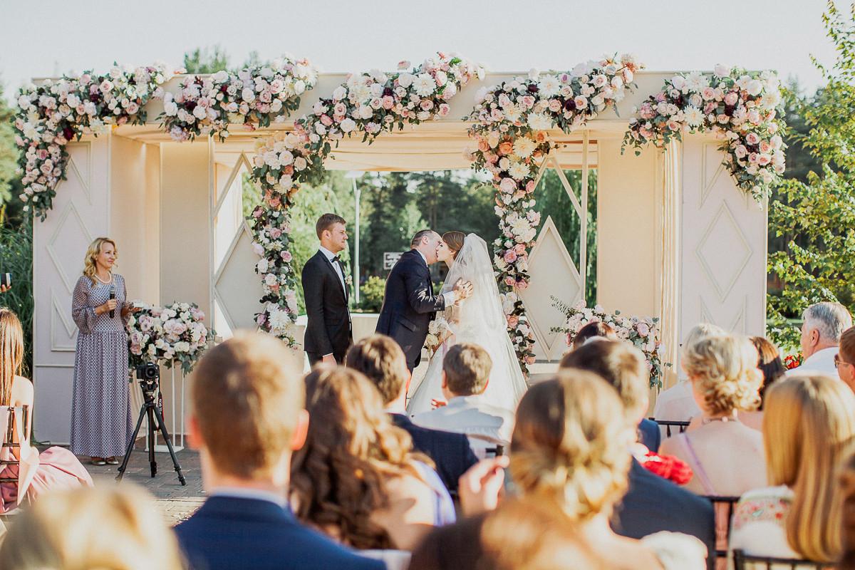 Все о свадьбах в загородном клубе ARTILAND