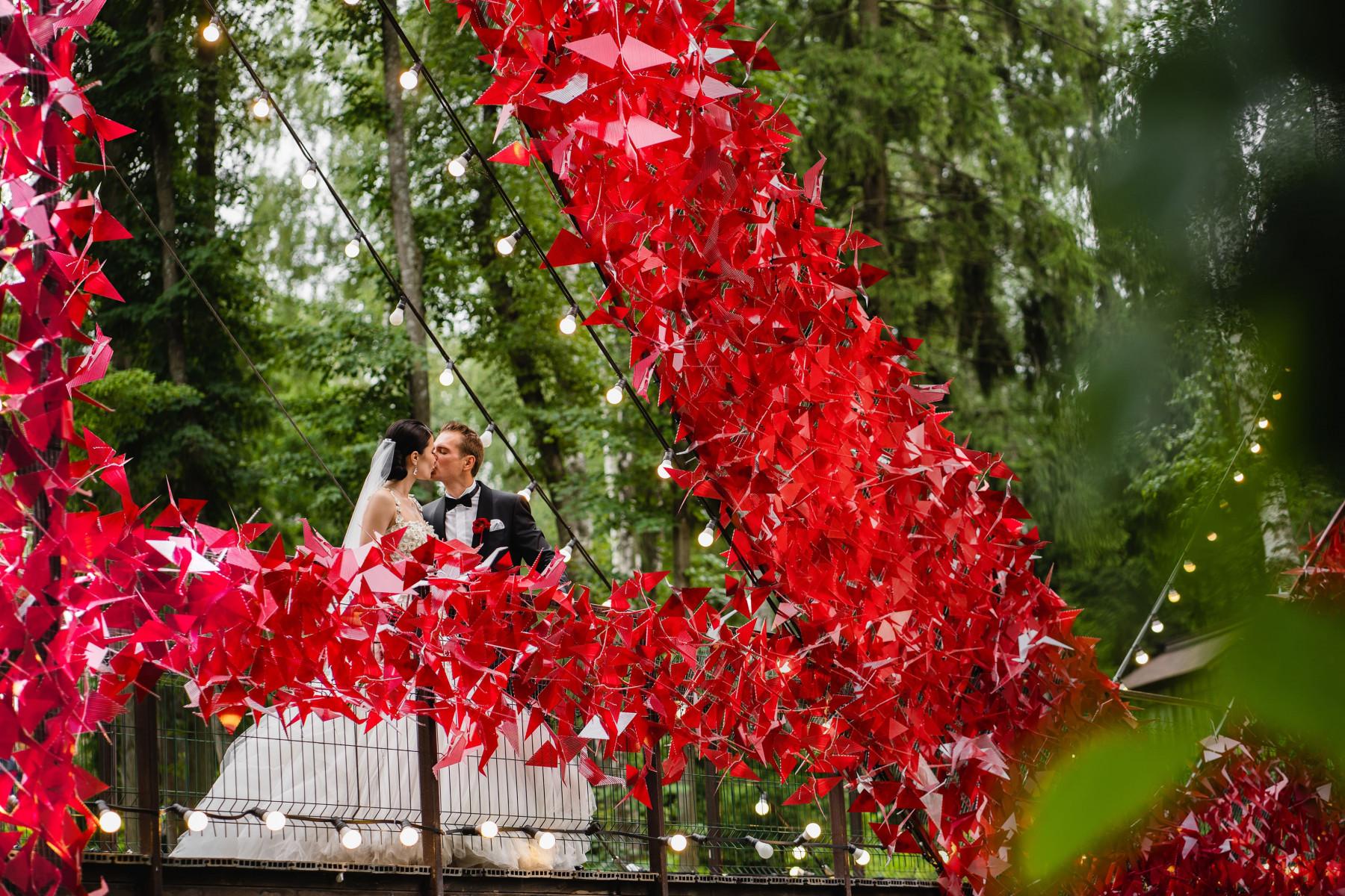 Три варианта свадебного оформления, утопающего в цветах